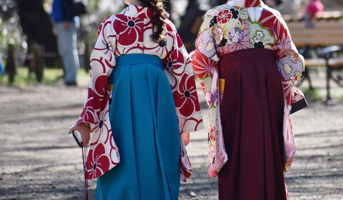 袴で卒業式に向かう女子大生