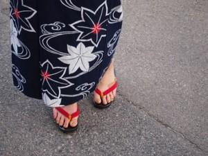 下駄で歩く着物の女性