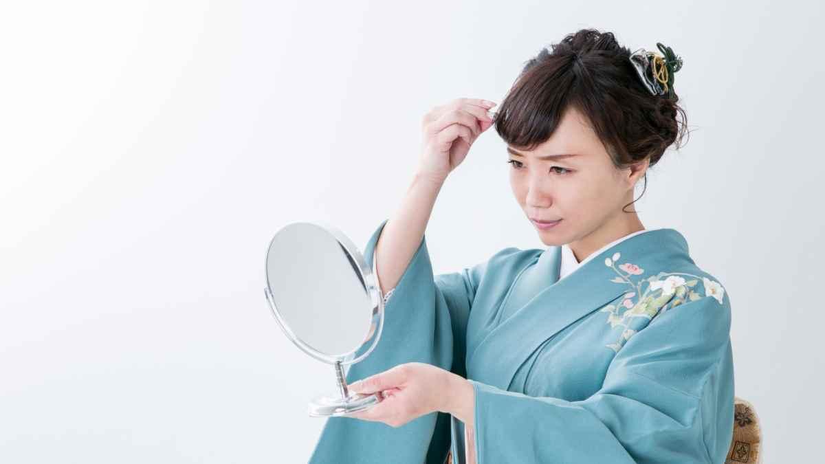 着物の髪型で悩む女性