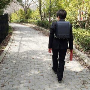 歩道を歩く小学生