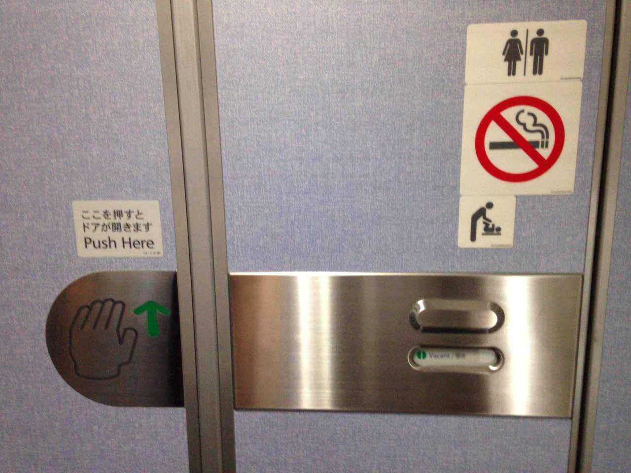飛行機でトイレに行くときのマナー!トイレの正しい使い方やメイク直しに使っていい時間帯