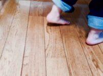 マンションのフローリングを歩く子供